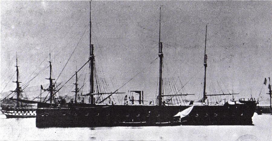 """Francia pues el país pionero en blindar sus barcos. Las granadas explosionaban sobre los viejos barcos de madera y quedaban devastados, lo que evidenció que habían que mejorarse para protegerlos. Tras la Guerra de Crimea se consideró una necesidad poner remedio a esto. Así, el 24 de noviembre de 1859 era botado en Toulon """"La Gloire"""". Nacían los buques acorazados, también llamados del tipo 'ironclad', barcos de vapor cubiertos de chapas de hierro y acero."""